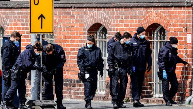 Policía investiga el hogar en donde una trabajadora mató a cuatro personas. (Foto Prensa Libre: EFE)