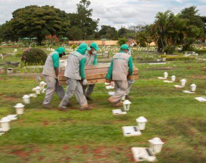 El entierro de víctimas de COVID-19 fue grabado en un cementerio de Brasil, no en un set