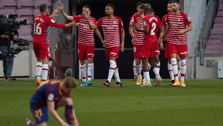 Los jugadores del Granada celebran el gol del empate 1-1. Al final los visitantes ganaron 1-2. Foto Prensa Libre: EFE.