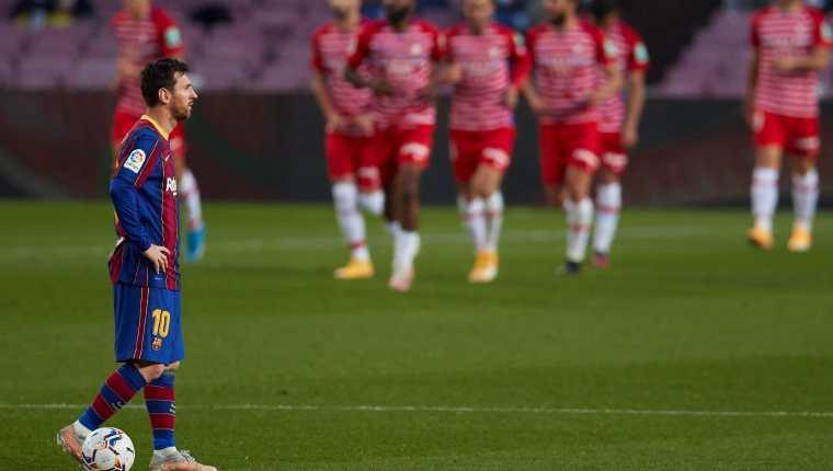 El delantero argentino del FC Barcelona, Leo Messi, espera en el centro del campo tras el segundo gol del Granada durante el partido aplazado que perdieron este 29 de abril. Foto Prensa Libre: EFE.