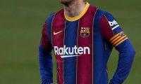 GRAFCAT2310. BARCELONA (ESPAÑA), 29/04/2021.- El delantero argentino del FC Barcelona, Leo Messi, tras el segundo gol del Granada durante uno de los partidos aplazados de la trigésimo tercera jornada de LaLiga Santander que han disputado hoy jueves en el Camp Nou, en Barcelona. EFE/ Alejandro Garcia.