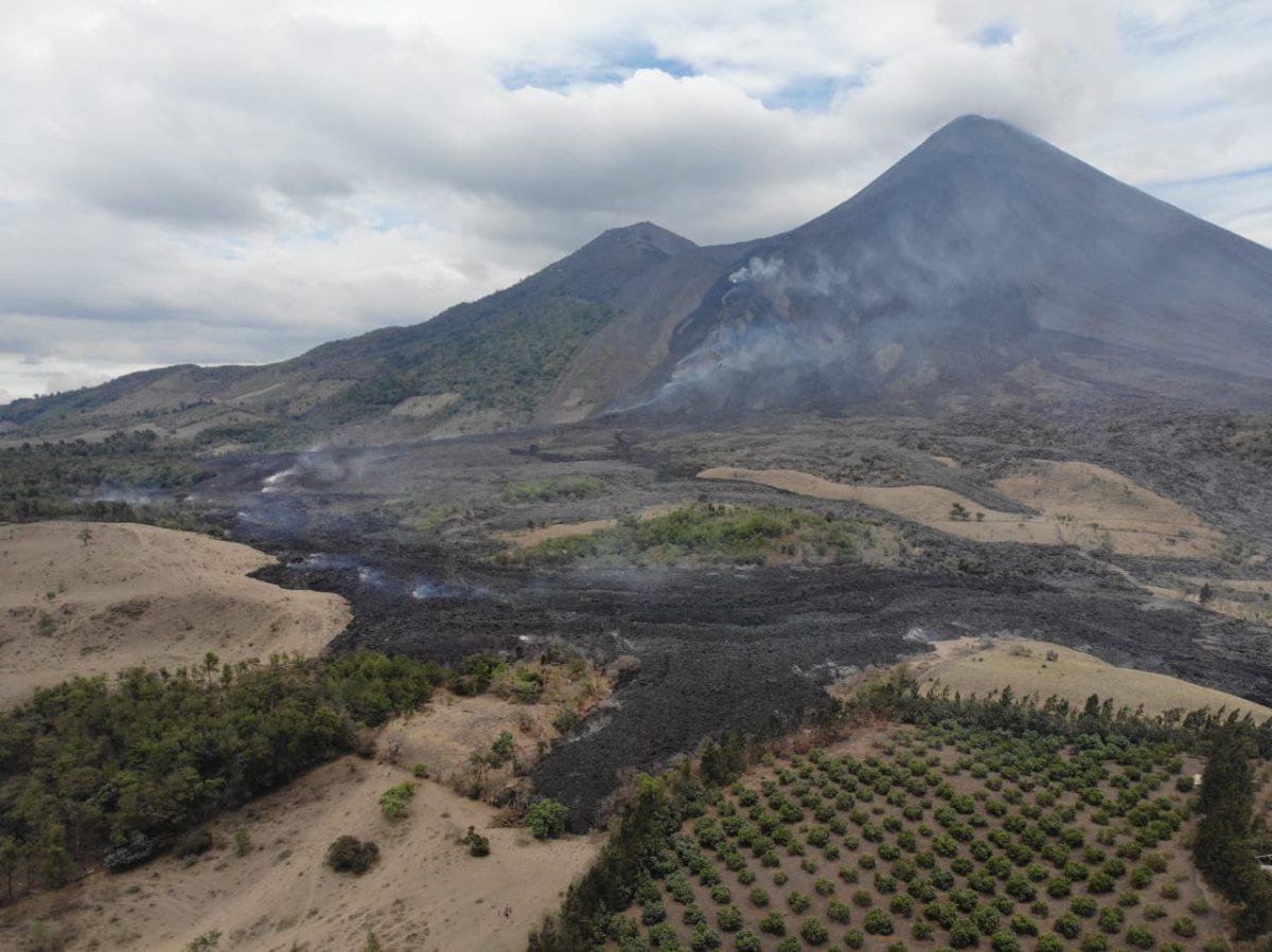 Persiste amenaza del flujo de lava del volcán Pacaya sobre comunidades cercanas