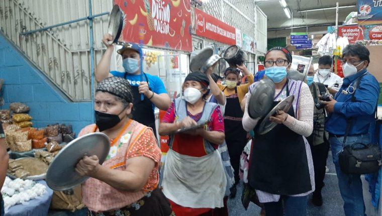 Comerciantes se oponen a la disposición que les impide el servicio de alimentos para comer en los comedores. (Foto: Andrea Domínguez)
