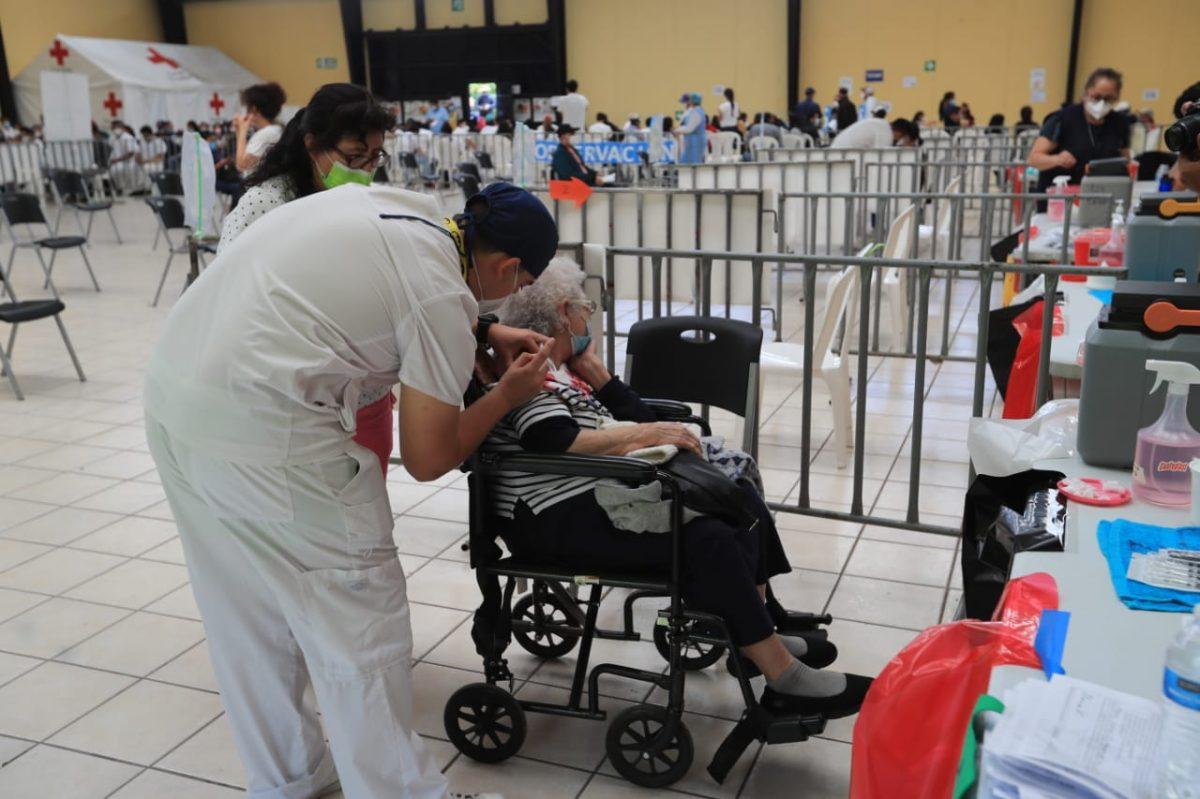 Persiste desorden en proceso de vacunación de adultos mayores, mientras Salud no aclara cuándo comienza la fase 2