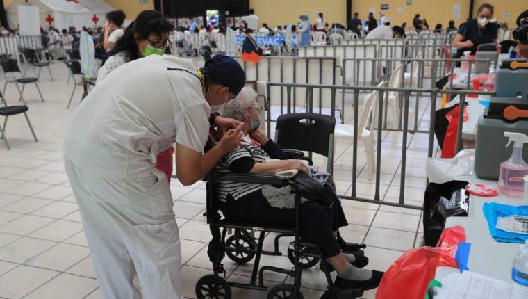 En la fase 1 del proceso de vacunación se incluye a adultos mayores recluidos en asilos, pero muchos otros llegan en busca del medicamento ante la falta de información clara por parte de Salud. (Foto Prensa Libre: Byron García)