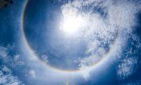 El halo solar es un fenómeno que anuncia un episodio de lluvia y que no tienen ningún efecto sobre los seres humanos. (Foto Prensa Libre: Juan Diego González)
