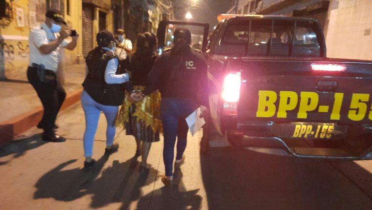 Policía conduce a la madre del supuesto asaltante en la zona 1. (Foto: PNC)