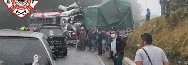 Pobladores observan los vehículos accidentados. (Foto: Bomberos Municipales Departamentales).