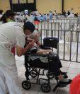 Autoridades de Salud ofrecieron varios mecanismos para inscribir en el programa de vacunación a los adultos mayores. (Foto Prensa Libre: Byron García)