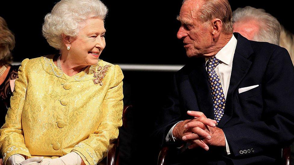 """Muere el príncipe Felipe, el hombre que dedicó su vida a """"asegurar que Isabel II pudiera reinar"""""""