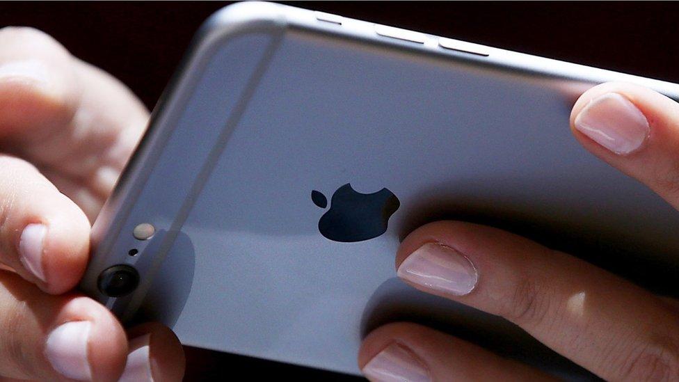 Los chilenos que le ganaron a Apple y recibirán un pago de US$3,4 millones