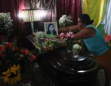 Familiares de Lesbia González exigen justicia, pues deja a cuatro niños en la orfandad. (Foto Prensa Libre: Érick Ávila)