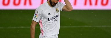 Karim Benzema vive uno de sus mejores momentos con el Real Madrid y espera reflejarlo en el clásico contra el Barcelona. (Foto Prensa Libre: AFP).