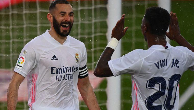 Karim Benzema  celebra con el brasileño Vinicius Junior después de anotar el segundo gol contra el Éibar. (Foto Prensa Libre: AFP).