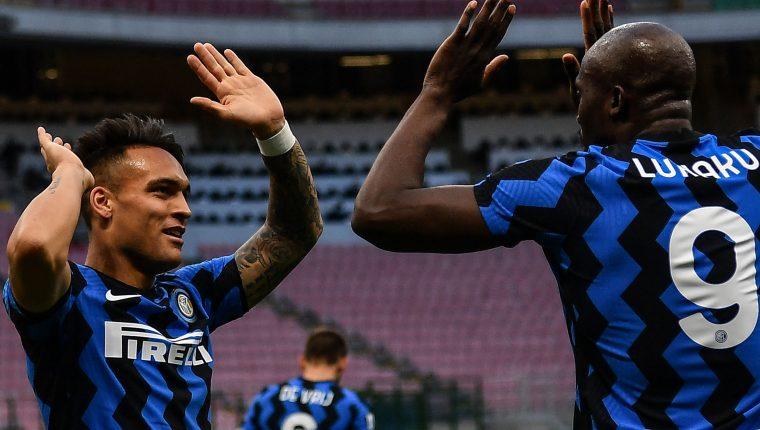 Romelu Lukaku y Lautaro Martinez celebran la victoria en la Serie A que les sirve para seguir su camino al 'Scudetto'. Foto Prensa Libre: AFP.