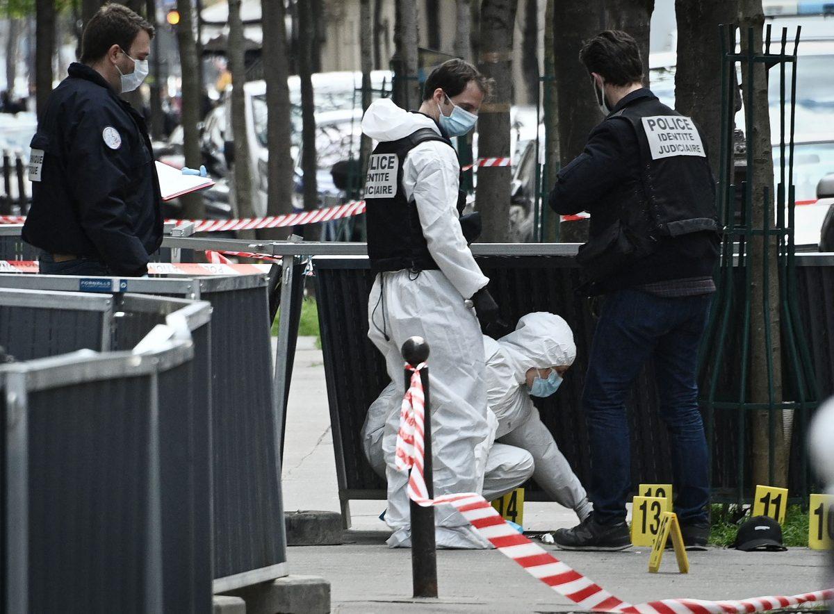 Un hombre encapuchado mata a balazos a una persona y hiere a otra afuera de un hospital en París