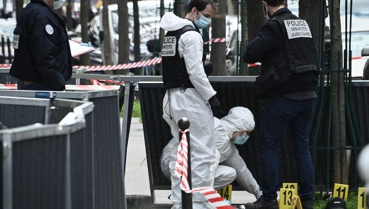 Investigadores forenses de la Policía de Francia buscan evidencias en el lugar donde ocurrió el ataque armado frente al hospital privado Henry Dunant, en donde una persona murió. (Foto Prensa Libre: AFP)