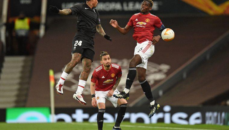 Alex Telles del Manchester United y Kenedy del Granada, en una jugada del partido de vuelta de los cuartos de final de la Europa League.  Foto Prensa Libre: AFP.