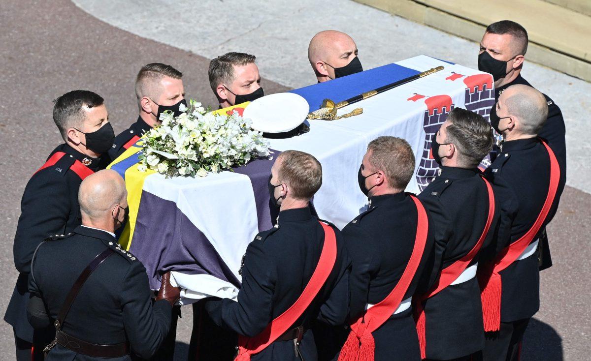 Imágenes: La soledad de la reina Isabel II en el funeral del príncipe Felipe