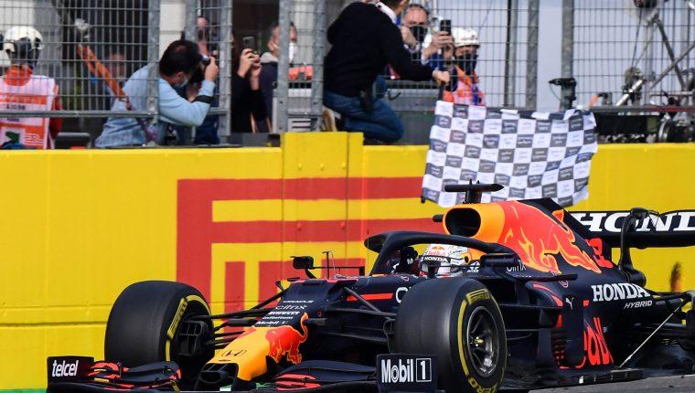 Max Verstappen en el momento que cruza en primer lugar en el GP  de Imola por delante de Hamilton. (Foto Prensa Libre: AFP)