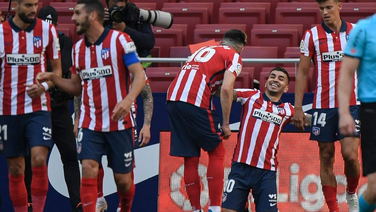 Angel Correa celebra uno de los goles del Atlético contra el Éibar. (Foto Prensa Libre: AFP).