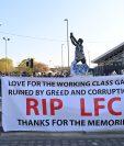 Aficionados del Leeds United sostienen una pancarta con una consigna que rechaza la creación de la Superliga europea. Foto Prensa Libre: AFP.