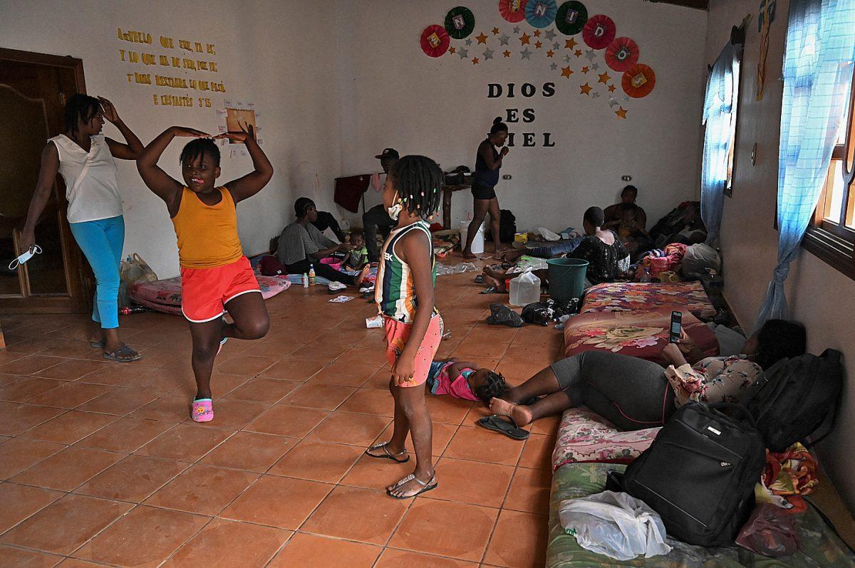 """Centenares de migrantes de Haití, Cuba y países de África llegan la frontera Nicaragua-Honduras en su ruta al """"sueño americano"""""""
