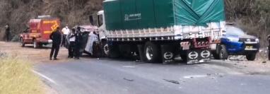 Cinco personas murieron luego de que el vehículo en el que viajaban chocó de frente con un camión. (Foto Prensa Libre: Cortesía)