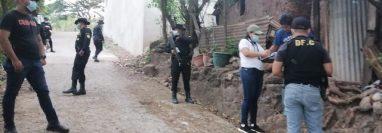 Agentes de la PNC y personal del MP buscan indicios por casos de extorsión en la capital y la provincia. (Foto Prensa Libre: PNC)