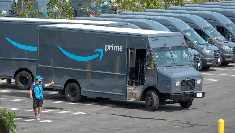 Los conductores de Amazon deben orinar en botellas de plástico debido al trafico en las rutas de entrega, según reconoció la compañía. (Foto Prensa Libre: EFE)