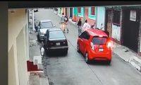 El asalto cometido por dos mujeres y un hombre fue captado por cámaras de videovigilancia. (Foto (Prensa Libre: Captura de pantalla)