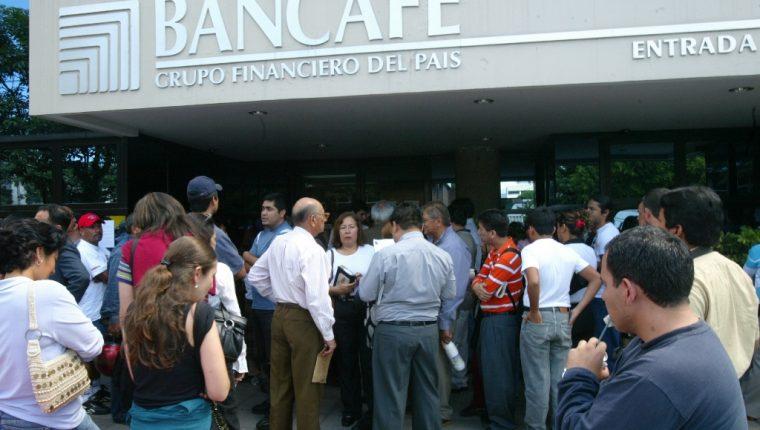 Varias personas perdieron sus ahorros con la quiebra de Bancafé. (Foto Prensa Libre: Hemeroteca PL)