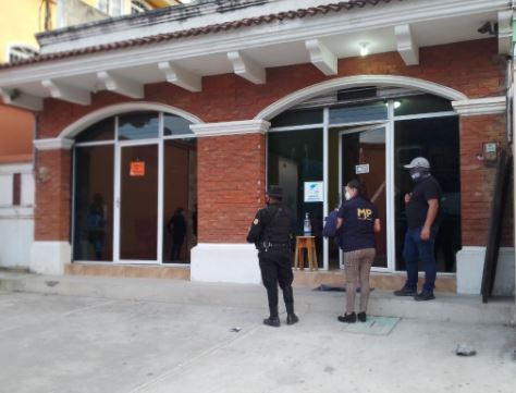 Investigadores durante operativo en el que se registró la captura de Débora Betzaida Choc Hernández. (Foto Prensa Libre: MP)