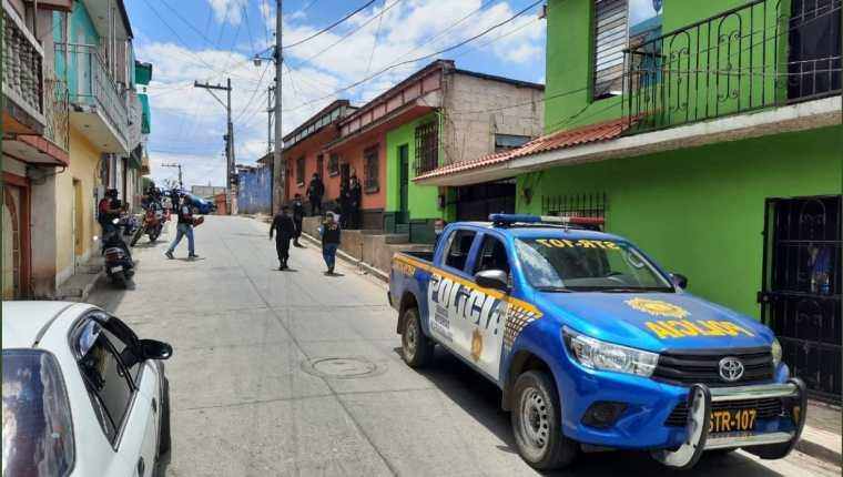 Agentes de la PNC efectúan operativos en busca de los responsables de la muerte de una pareja de esposos, en Barberena, Santa Rosa. (Foto Prensa Libre: PNC)
