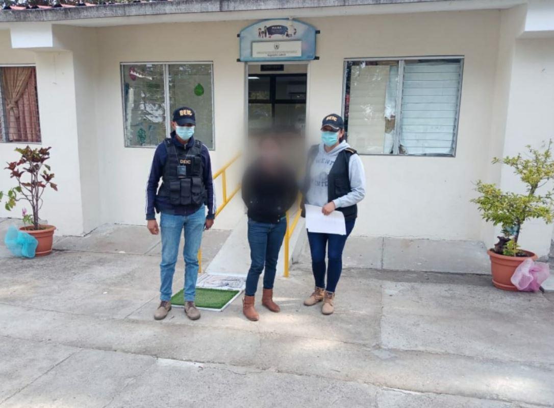 Capturan a mujer que fue captada en video mientras agredía a su hija de 11 años en aldea de Villa Canales