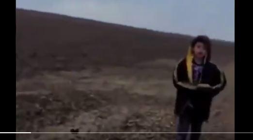 Video: el desgarrador momento en que un niño migrante solitario se entrega a la Patrulla Fronteriza cerca del desierto