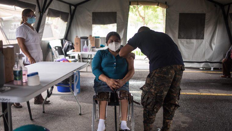 La mitad de los países de Centroamérica afronta una nueva ola de covid-19, con récord de personas en cuidados intensivos en Costa Rica y un creciente número de contagios en Guatemala y Honduras. (Foto Prensa Libre: EFE)