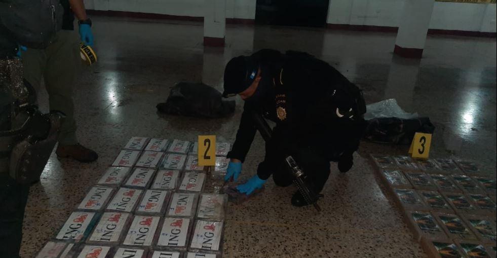 Decomisan 104 paquetes de cocaína que eran transportados en embarcación
