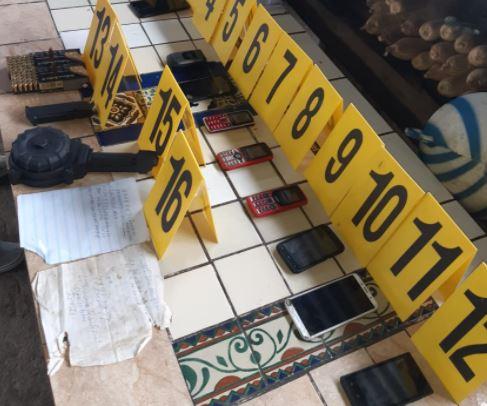 Algunos de los indicios localizados en operativos contra las extorsiones en Chimaltenango. (Foto Prensa Libre: MP)