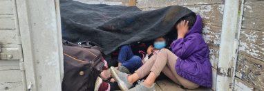 Los migrantes viajaban hacinados y con síntomas de deshidratación. Fueron ubicados en un camión localizado en una carretera del municipio de China, Nuevo León. (Foto Prensa Libre: Instituto Nacional de Migración de México)