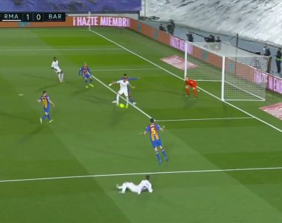 El taconazo de Karim Benzema en el clásico español (Real Madrid – Barcelona) es considerado un golazo y se vuelve viral