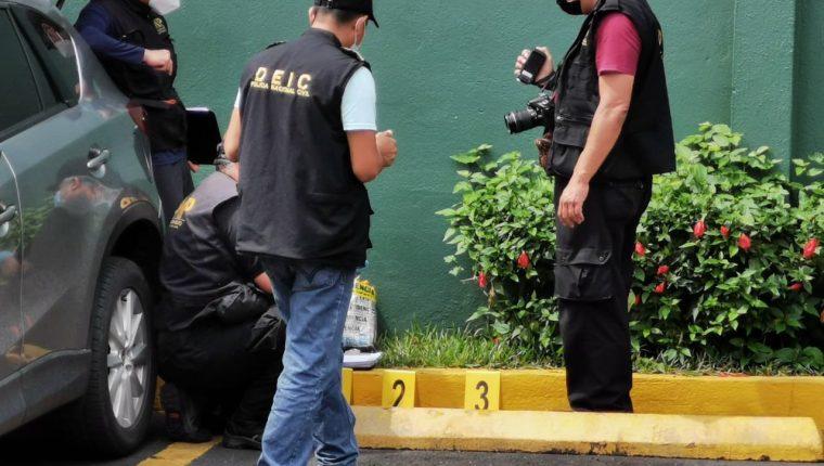 Agentes inspeccionan el vehículo de Santos Álvarez al momento de su captura. (Foto: Hemeroteca PL)