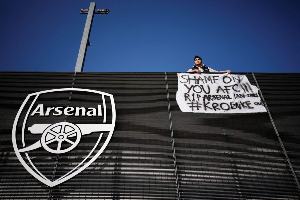 Un aficionado del Arsenal protesta contra el club, que forma parte de la docena de equipos que plantea una competencia distinta a la Champions League. Foto: AFP