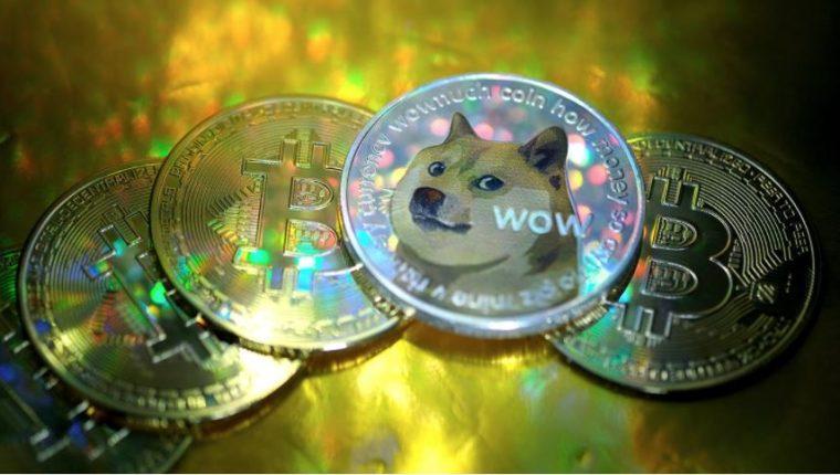 En esta ilustración fotográfica, las representaciones visuales de las criptomonedas digitales, Dogecoin y Bitcoin están organizadas el 29 de enero de 2021 en Katwijk, Países Bajos. Foto: Yuriko Nakao / Getty Images