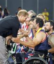 Fotografía cedida por Invictus Games Foundation donde aparece el príncipe Harry mientras saluda a unos jugadores de baloncesto en silla de ruedas que participan en los Juegos Invictus. (Foto Prensa Libre: EFE)