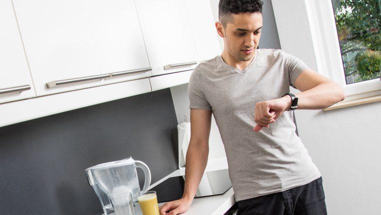 ¿Ya es momento de comer? El horario de las comidas juega un papel importante en la salud y el bienestar. (Foto Prensa Libre: Christin Klose/dpa)