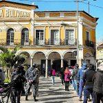 Grupo de personas hace fila para comprar dióxido de cloro en una farmacia de Bolivia, el 9 de julio de 2020. (Foto Prensa Libre: EFE)
