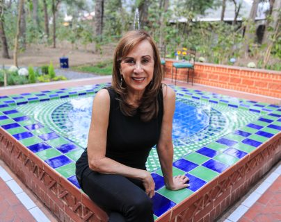 Lilyan Benecke es una experta en crear diferentes diseños en cerámica artesanal en Guatemala. Aquí, mientras trabaja algunas de las últimas piezas que ha creado. (Foto Prensa Libre: Juan Diego González).