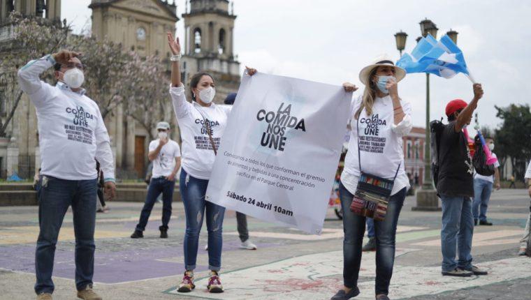 Colaboradores y propietarios de restaurantes volvieron a protestar ante nuevas medidas para prevenir pico de contagios de covid-19. (Foto Prensa Libre: Esbin García)