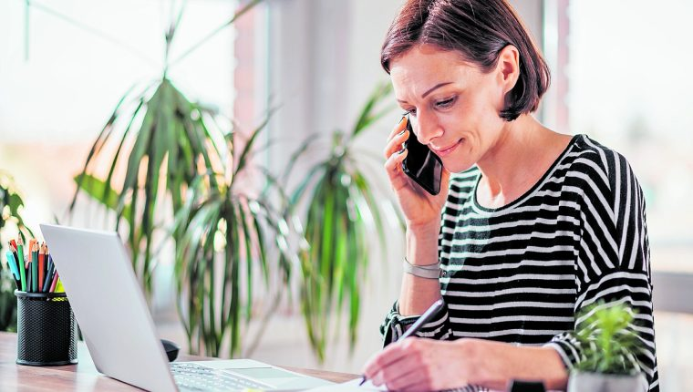 Establecer un horario de entrada y salida, como si estuviera en la oficina, mientras trabaja desde casa le ayudará a ser más productivo. (Foto Prensa Libre: Shutterstock).